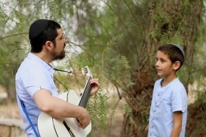 הזמר דוד סיטבון ובנו בשיר מרגש: 'אבא שלי' • להאזנה