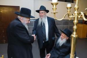 רבנים ועסקני השכונה ב'לחיים' לבתו של הרב אליהו לנדא