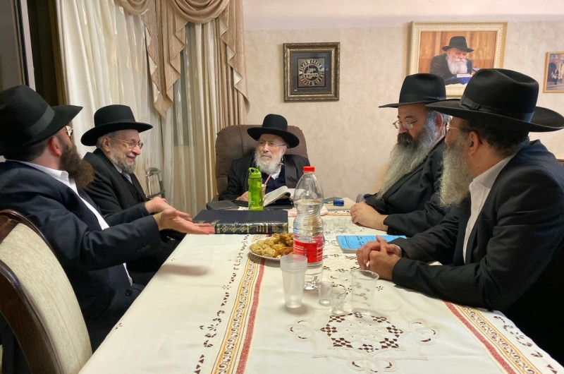 לאחר היעדרות: רגעים של קורת רוח בבית הרב שמעון אליטוב