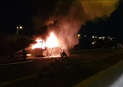 צפו: אוטובוס ריק נשרף בכביש 6 • צילום: תיעוד מבצעי מד