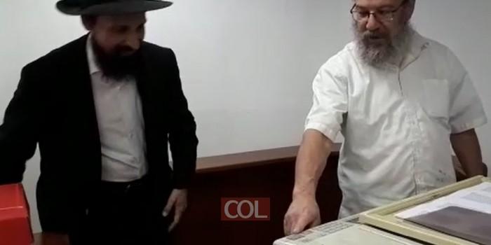 כעת מתחילה ההדפסה ההיסטורית של התניא מהדורת היובל באלף עותקים בבית הכנסת המרכזי בנחלת הר חב