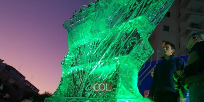 צפו: כך התקינו את החנוכייה מיוחדת שנבנתה מקרח בצפון הישן של תל-אביב ביוזמת השלוחים הרב הכט והרב סלפושניק • וידאו