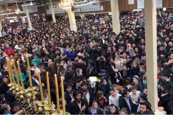מעמד הדלקת נר שמיני ושירת 'הנרות הללו' ב-770 • וידאו