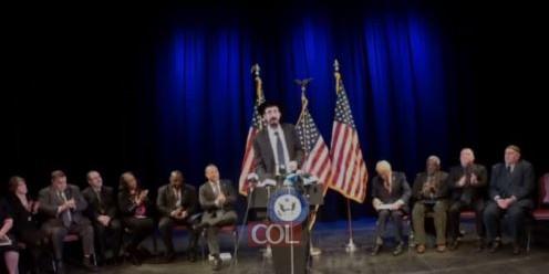 השליח הרב מענדי קמינקר נואם פתיחת הכינוס נגד האנטישמיות בניו ג'רזי שאורגן על ידי חבר בית הנבחרים היהודי, ג'וש גוטהיימר