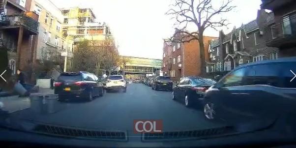 נס מהלך!  ילד בבורו פארק מתפרץ לכביש, נפגע על ידי רכב - שאפילו לא הספיק לבלום - ויוצא ללא פגע
