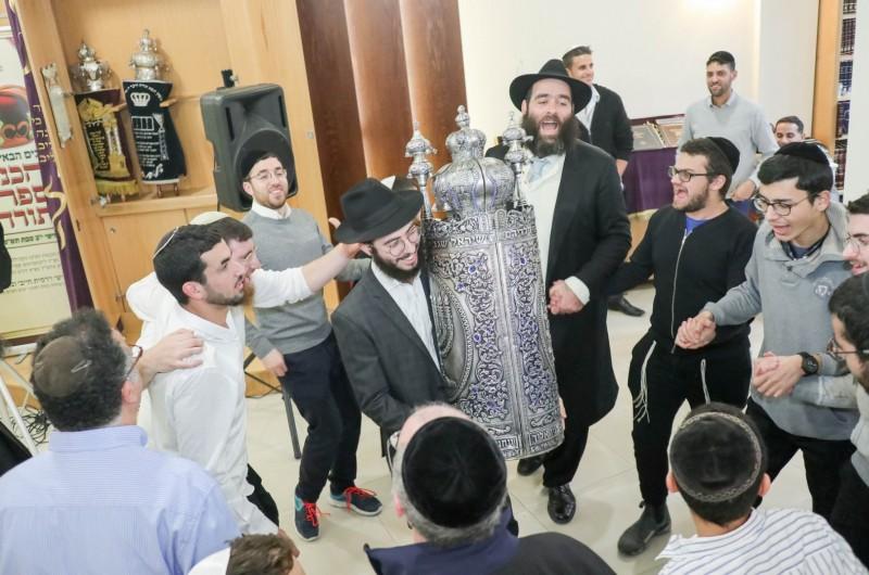 חגיגה יהודית בקפריסין: ספר תורה הוכנס ברוב עם לביה