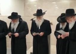 הרבנים האחים זילברשטרום באמירת קדיש במסע הלווית אמם, מרת מרים זילברשטרום ע