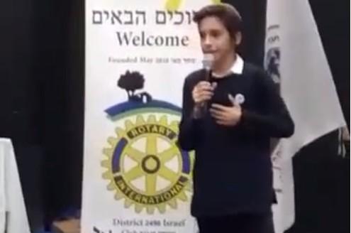 מרגש: 'הנואם הצעיר' סיפר על הרבי וזכה מקום ראשון • צפו