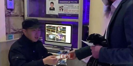 קידוש ה': השליח בצ'נגדו סין דובי הניג, מחלק את הפריט הכי מבוקש בעת הזו בסין: מסיכות! • צפו