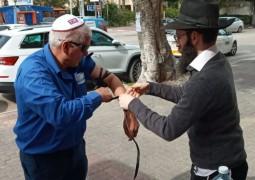 הרב פנחס קדיש משכונת שעריים ברחובות, הניח תפילין לתושב השכונה ושמע ממנו דברי עידוד וחיזוק
