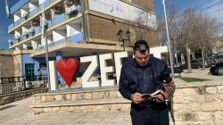 צפו: ראש העיר צפת מסביר עם תפילין לראשו - מדוע החליט להקים דוכן תפילין מול בניין העירייה? • וידאו