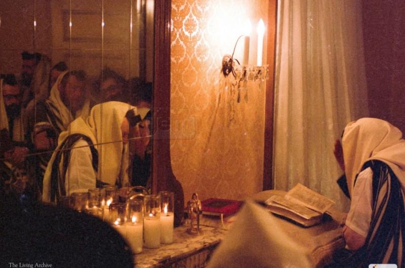 הרבי מתפלל בביתו בפרזידנט: JEM חושפת צילומים נדירים