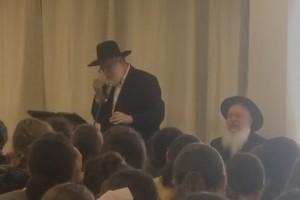 הרב חיטריק בירך 'שהחיינו' בפני התלמידות - ונשנק מבכי