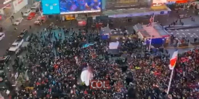 עוצמה! רגע השיא של שבתון CTeen. קרוב ל-3000 בני נוער באירוע 'ההבדלה' בטיימס-סקוור. בני פרידמן מקפיץ במחרוזת שירי יהדות. צילום: שימי קוטנר