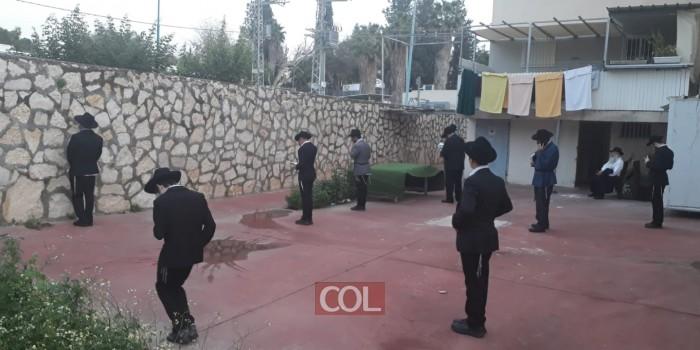 כך מתפללים 'מנחה' בחצרות הבתים בשכונת חב