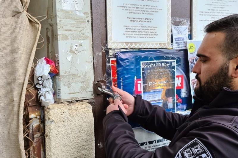 פקחים סגרו את המקווה, גבאים סגרו את בית הכנסת המרכזי