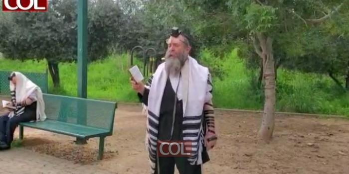 יצאו בחוץ: המשפיע הרב דוד אבא זלמנוב בשיעור שלאחר תפילת שחרית מאווררת בגן משחקים בכפר חב