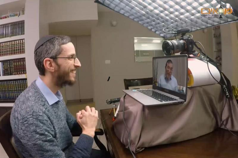 כשר' שמחה פרידמן מראיין את מנדי ג'רופי באולפן הפנסאים