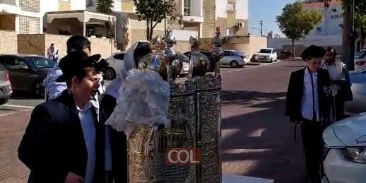 הת' ישראל אריה לייב לרר, בנו של ר' אברמי לרר מנהל ארגון 'ושמחת', נקרא על שמו של בעל היארצייט וחוגג היום בר מצוה. במניין החצרות של קהילת חב