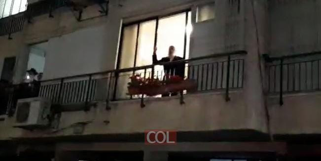 משאית השמחה עוצרת מתחת חלון ביתו של ר' מני וולף, וגם מקדישה ריקוד לזכות יו