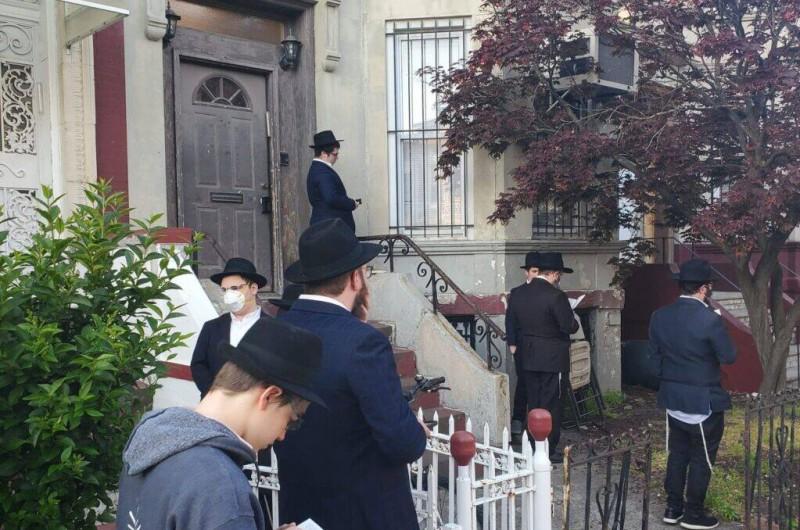 בקראון הייטס מתקשים להכריע בסוגיית פתיחת בתי הכנסת