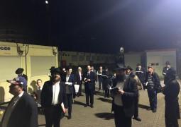 ברלין, גרמניה: קידוש לבנה בחצר בית הכנסת בראשות השליח הרב יהודה טייכטל