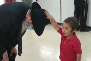 צפו: השלוחים הצעירים בחברון מעניקים ברכות לרב גלוכובסקי