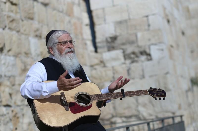 בקצב יווני: ר' אהרון סיטבון מגיש סינגל חדש