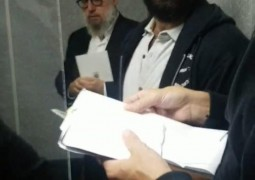 עם נחיתת מטוס הצ'ארטר מניו יורק לאלמא אטא, פנו האורחים הישר לתפילת ערבית וכתיבת פ