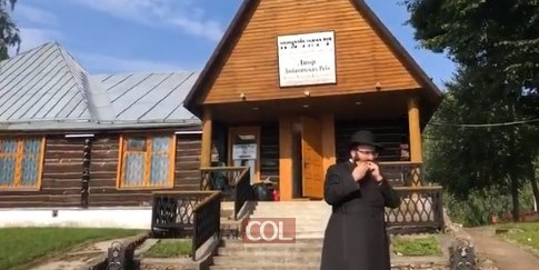 משפיע הישיבה הגדולה במוסקבה, הרב זושא גורליק, בתקיעת שופר בחצר רבותינו נשיאנו בליובאוויטש