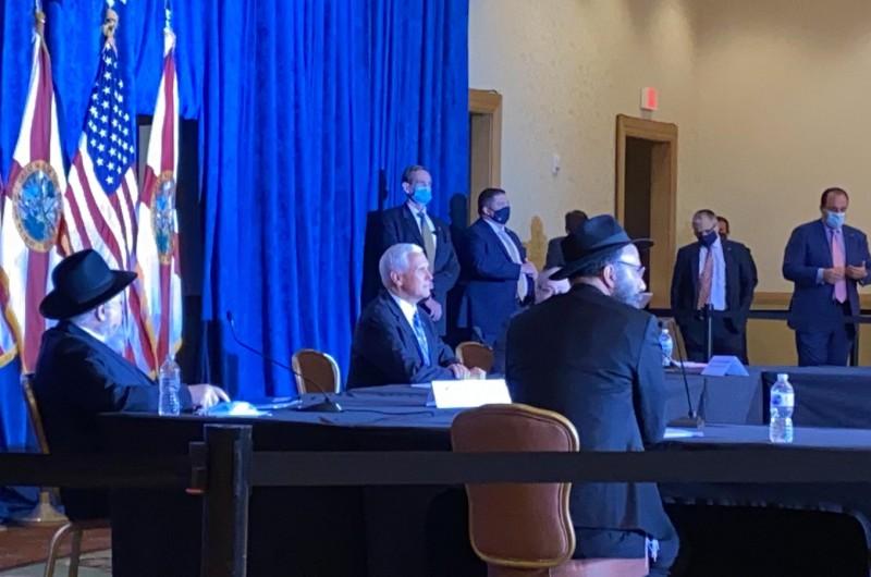 סגן הנשיא מייק פנס עם שלוחים:
