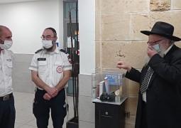 השליח הראשי בטבריה הרב יוסף קרמר, השליח הרב יונתן שפיצר הפועל עם ארגון מד