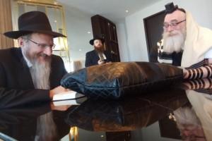 אומר ועושה: הסכם של אחוות חסידים בין הרב לאזאר והרב כהן