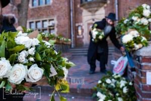 שתיים החליטו השבוע לכסות את הכניסה ל-770 בזרי פרחים. למה?