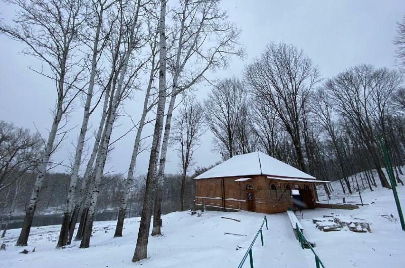 ימים ספורים מההילולא: שלג כבד כיסה את העיירה האדיטש