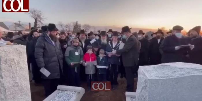 הלב קרוע ומורתח: ילדיו של השליח האהוב הרב יודי דוקס שהלך לעולמו אתמול לאחר מאבק הירואי בנגיף הקורונה, אומרים קדיש ליד הקבר הפתוח