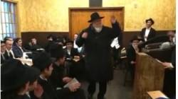 הרב שלמה קונין, השליח הראשי של הרבי לקליפורניה בריקוד חסידי ספונטני במהל התוועדות של 'תמימים' צעירים ב'זאל הקטן' ב-770