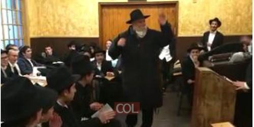 הרב שלמה קונין, השליח הראשי של הרבי לקליפורניה בריקוד חסידי ספונטני במהלך התוועדות של תמימים צעירים ב'זאל הקטן' ב-770