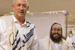 שבת זכור: בני גנץ התפלל בבית כנסת חב