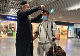 בירור ניצוצות: ר' דוד סגל מקריית מלאכי מניח תפילין בשדה התעופה בפרנקפורט בהמתנה למטוס החילוץ • צפו