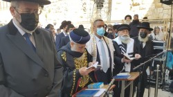 כעת ברחבת הכותל: ברכת כהנים בהשתתפות הרבנים הראשיים, ראש העיר והכהן השגריר לשעבר מר דייויד הכהן פרידמן (צילום: מאיר דהן)