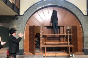 ארון הקודש כבר מוכן • ריקודים ספונטניים ב'בית בנימין' בהנובר