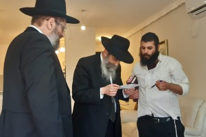 רבנים ואישי ציבור בניחום אבלים בבית משפחת השליחה גב' לוי ע