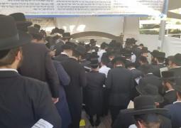ערב ראש חודש סיוון. כמסורת בקרב קהילות רבות, המונים נושאים צקון לחש בציונו של השל