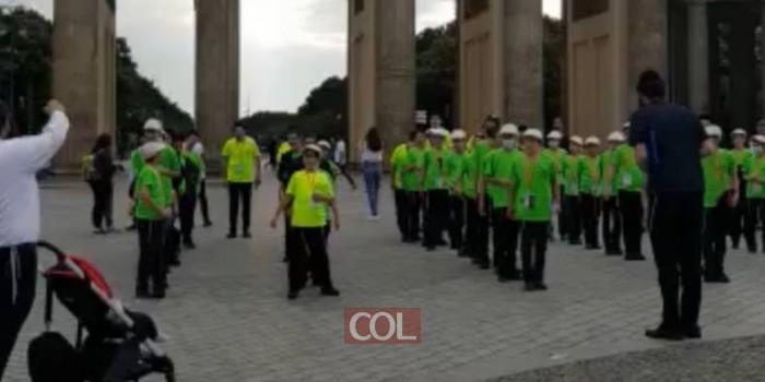 מסע קעמפ ילדי השלוחים מארץ הקודש לגרמניה. מסדר מיוחד של אמירת 12 הפסוקים מול שער ברנדנבורג בברלין