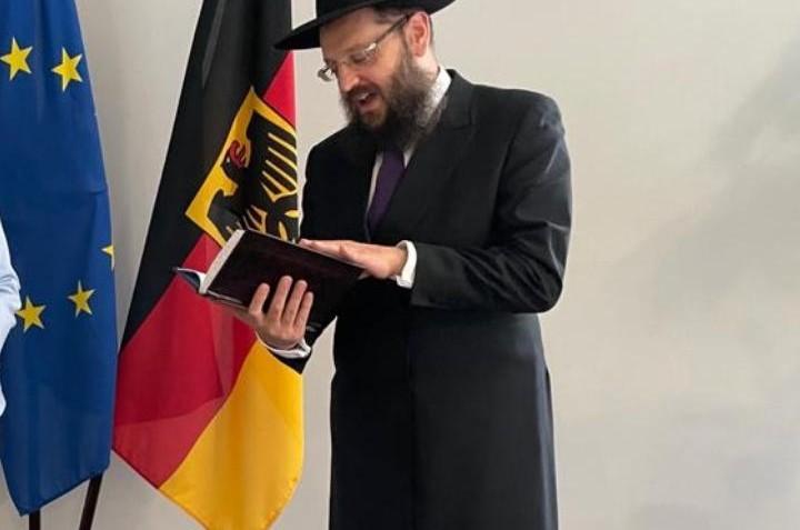 מפתיע: בעיצומם של השטפונות בגרמניה, תפילה בלשכת השרה