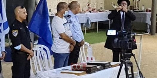 בטקס הרמת כוסית למשטרת ראש העין בחצר בית חב