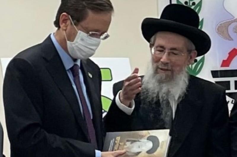 כשהנשיא הרצוג מצא בנוף הגליל קטעים על סבא שלו בספר חב