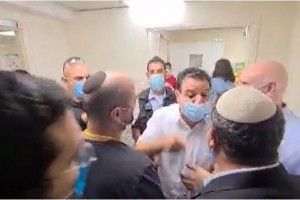 מהומה בפתח חדרו של פעיל חמאס השובת רעב ב'קפלן'