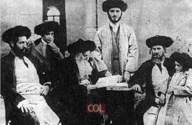 צילום משותף של משפחת סלונים, הרב מרדכי דובער במרכז